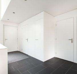 Türen und Sideboard